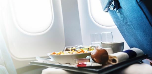 Carne ou massa? O que comer e o que evitar ao viajar de avião